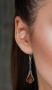 boucles d'oreilles en ambre et argent ancien de couleur cognac