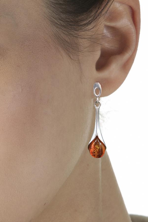 boucles d'oreilles pendantes en ambre et argent de couleur ambre cognac