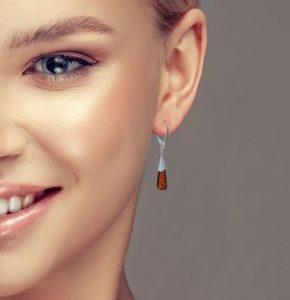 boucles d'oreilles en ambre et argent pendantes de couleur cognac
